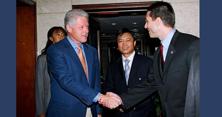 President of GDG Joah Sapphire greeting former US President Bill Clinton with Chairman of Hualing Group Mi Enhua