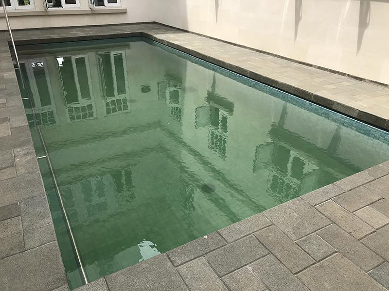 Kolam renang sebelum dijernihkan.jpg