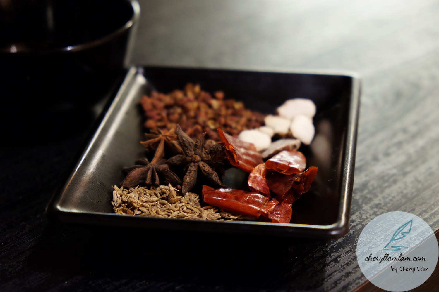 The five main ingredients to make this delicious dry pot : star anise (八角), dried chilli (辣椒干), fennel (茴香), pepper (花椒), Kaempferia galanga Linn or simply known as sand ginger (三奈/沙姜).