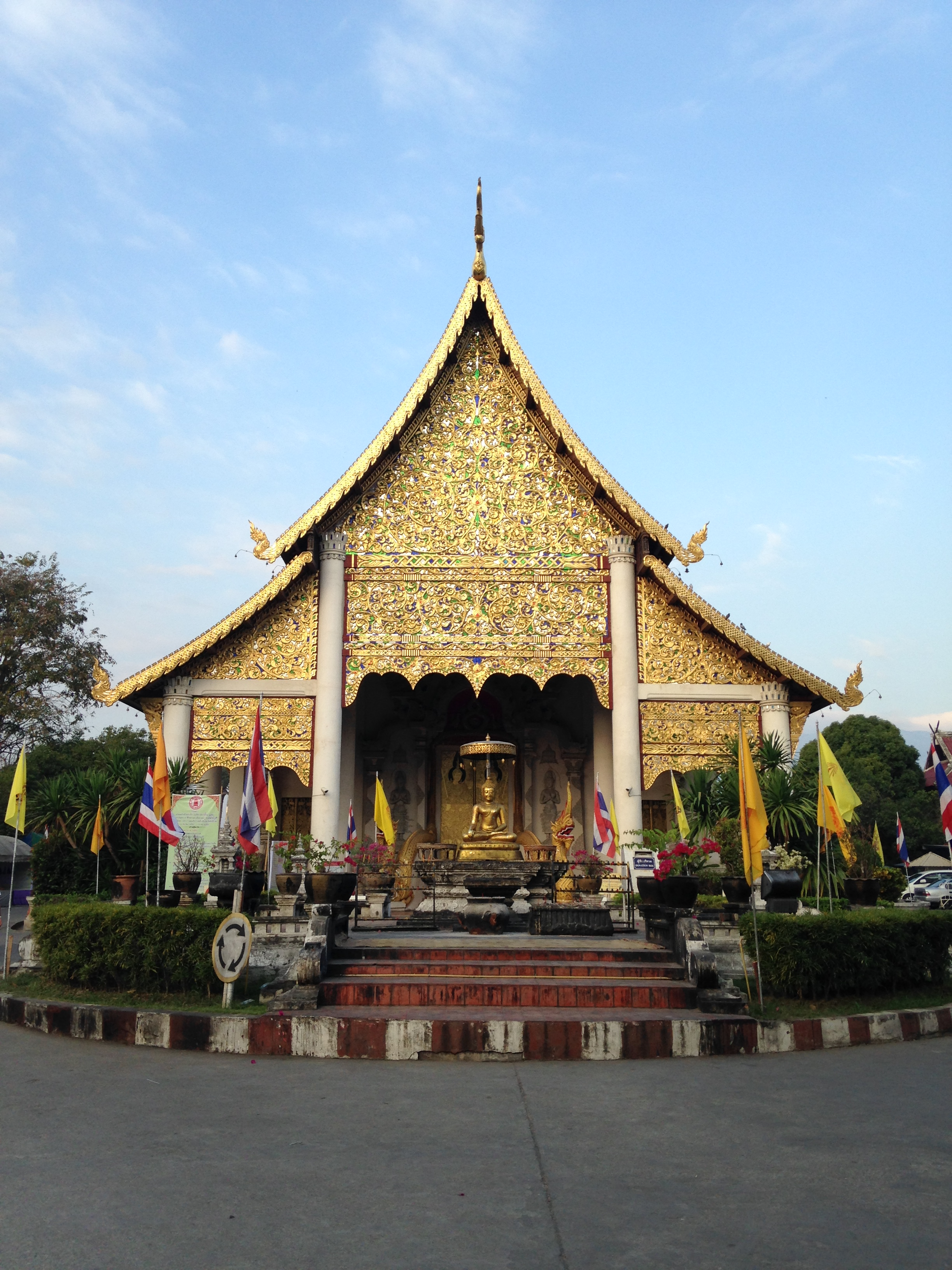 across the street from Lamphu House is Wat Phan Tao
