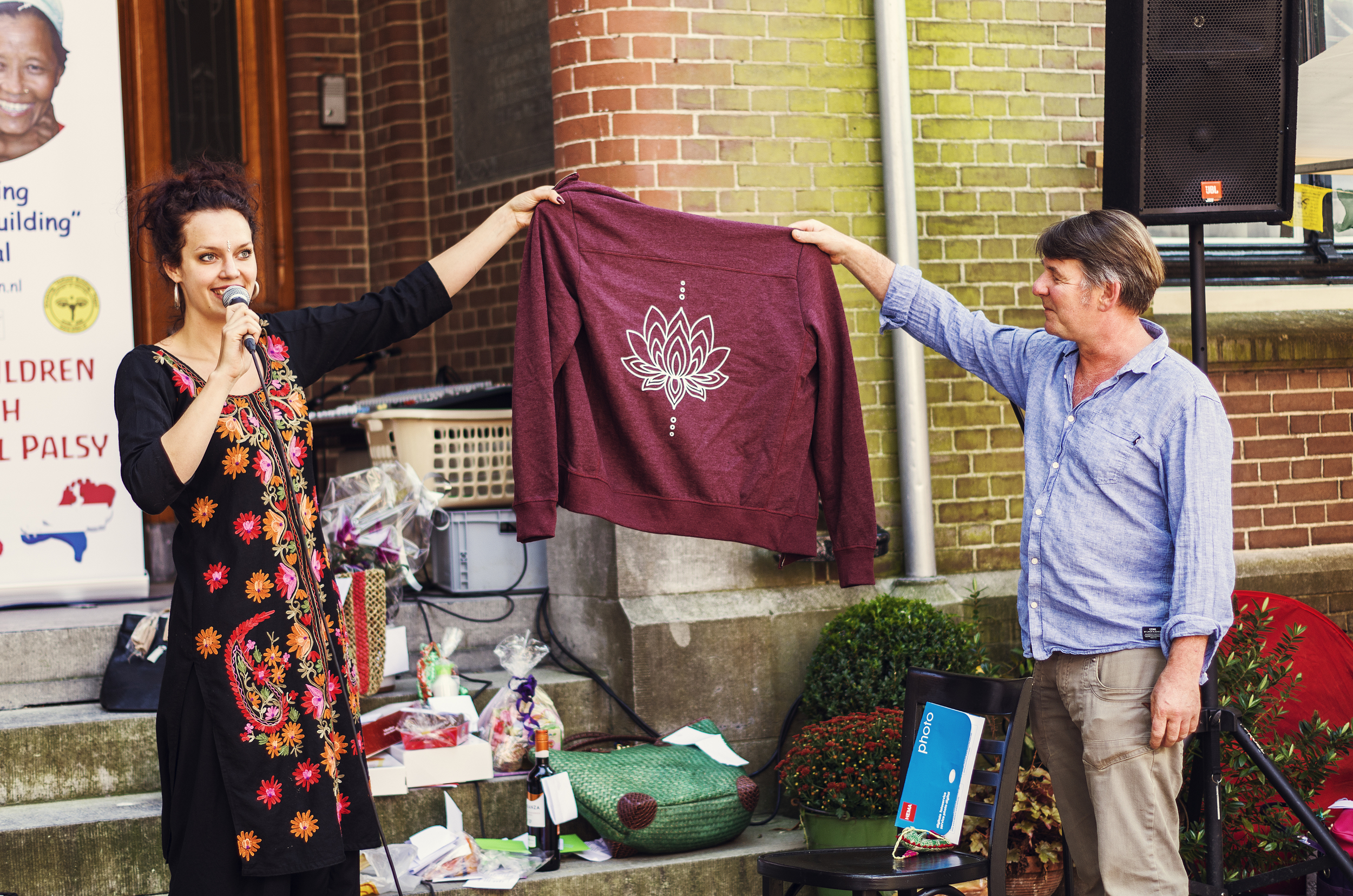 Presentatie logo Rachna Foundation tijdens Enkhuizen Helpt Nepal