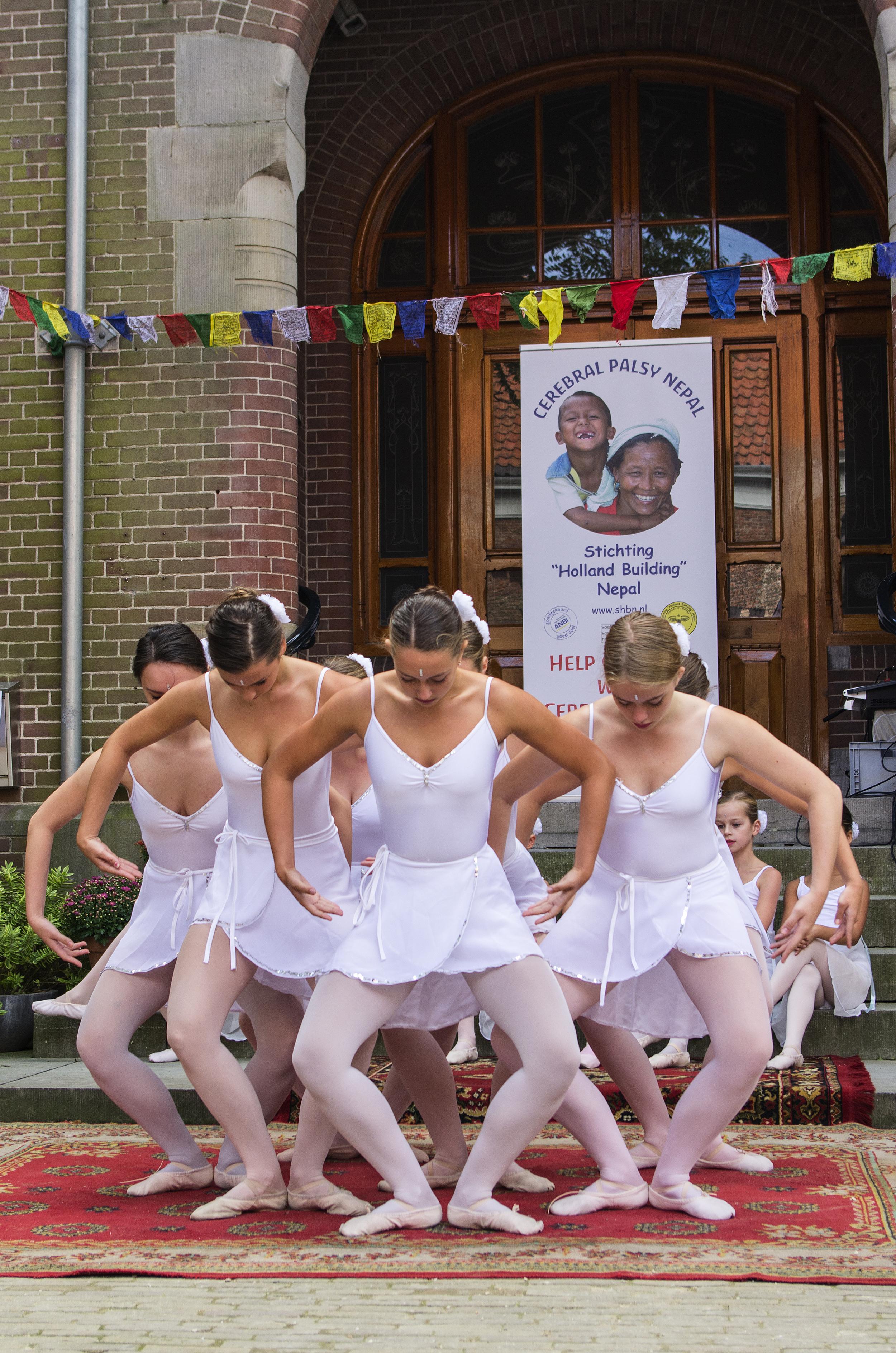 De Enkhuizer balletschool tijdens Enkhuizen helpt Nepal.