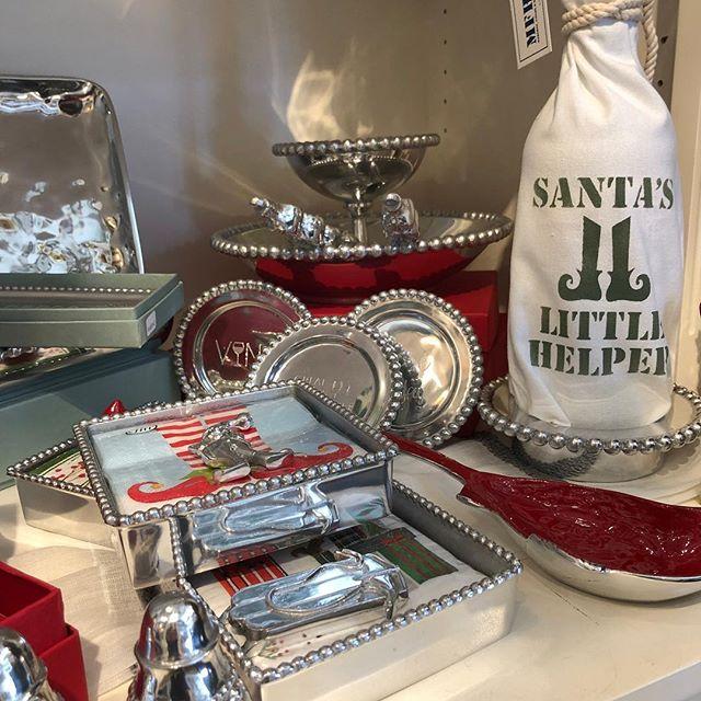 Santa's little helpers can help! 🎄🎁🎄🎁🎄 #daisydigins #mariposa #giftsforall #comevisit #freegiftwrapping #barringtonri #santashelper