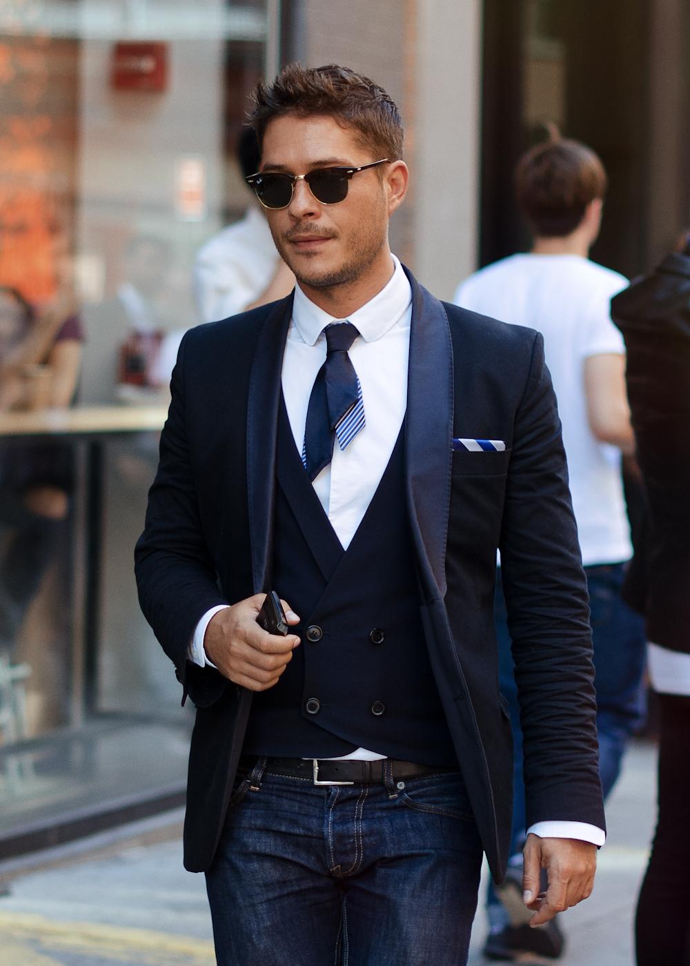 Shortcut.   Get the look:  Cravate fine et courte  .