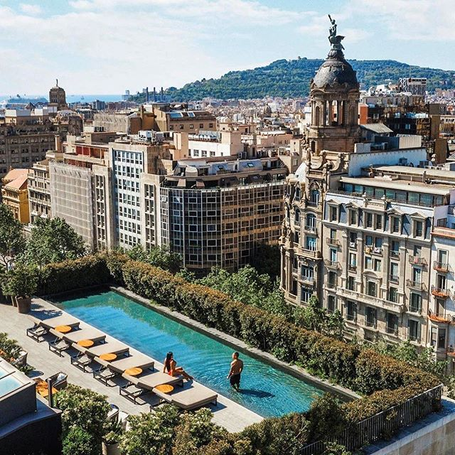 Summer vibes. Now that it's summer we want to spend our days by the pool and this rooftop pool at @mo_barcelona is just what we were thinking. #ImAFan . 📷 : @jeremyaustiin