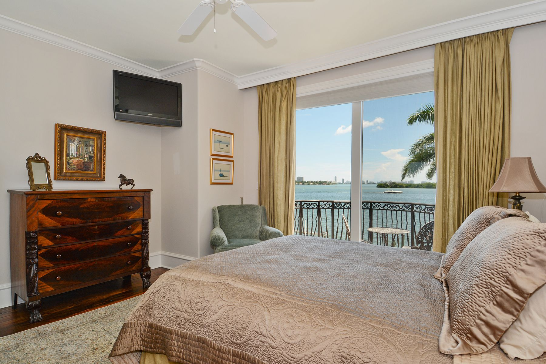 11_7321BelleMeadeIslandDrive_18_Bedroom_HiRes.jpg