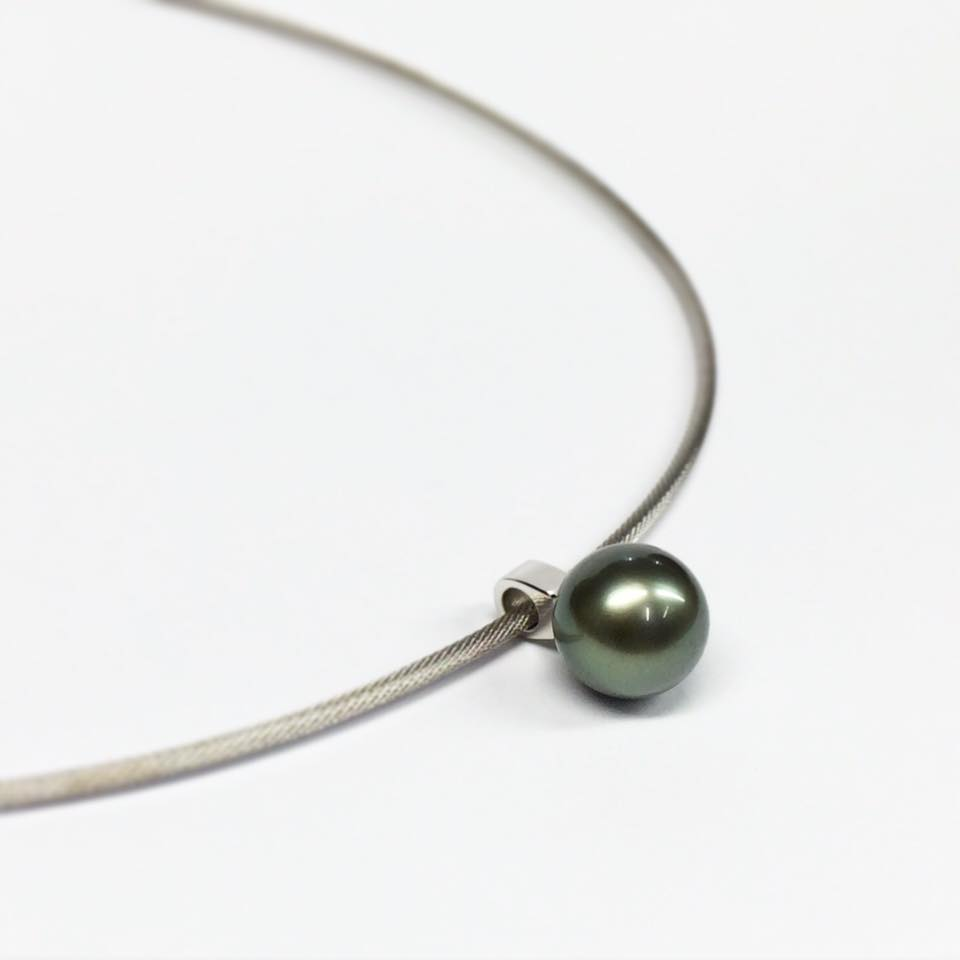 Simple, sleek and modern pendant in white gold with a stunning Tahitian pearl.