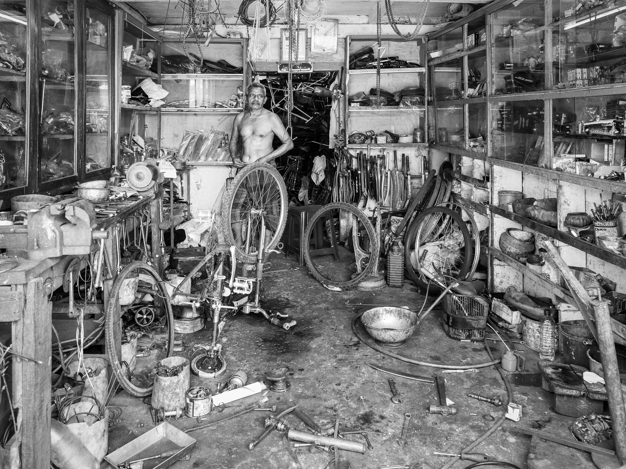 He will clean up his workshop ... tomorrow. (Leica Q)