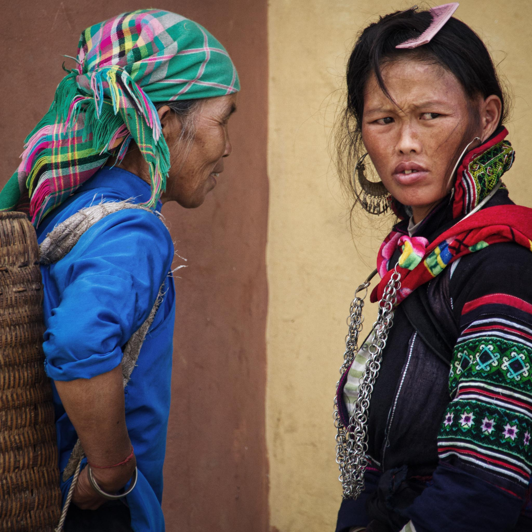 Flower H'mong (left) and Black H'mong Ladies in SaPa