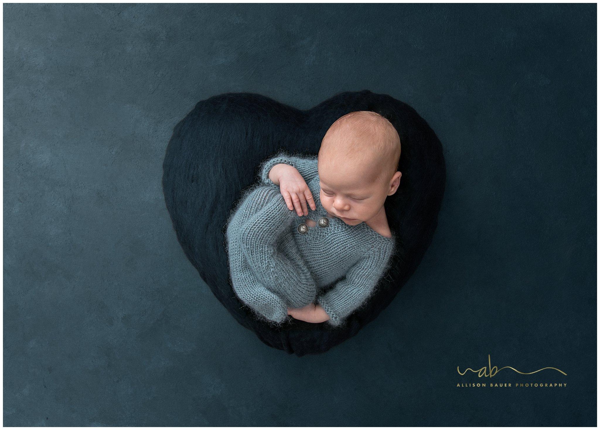 Allison-Bauer-neugeborene-junge-blau-gestrickt