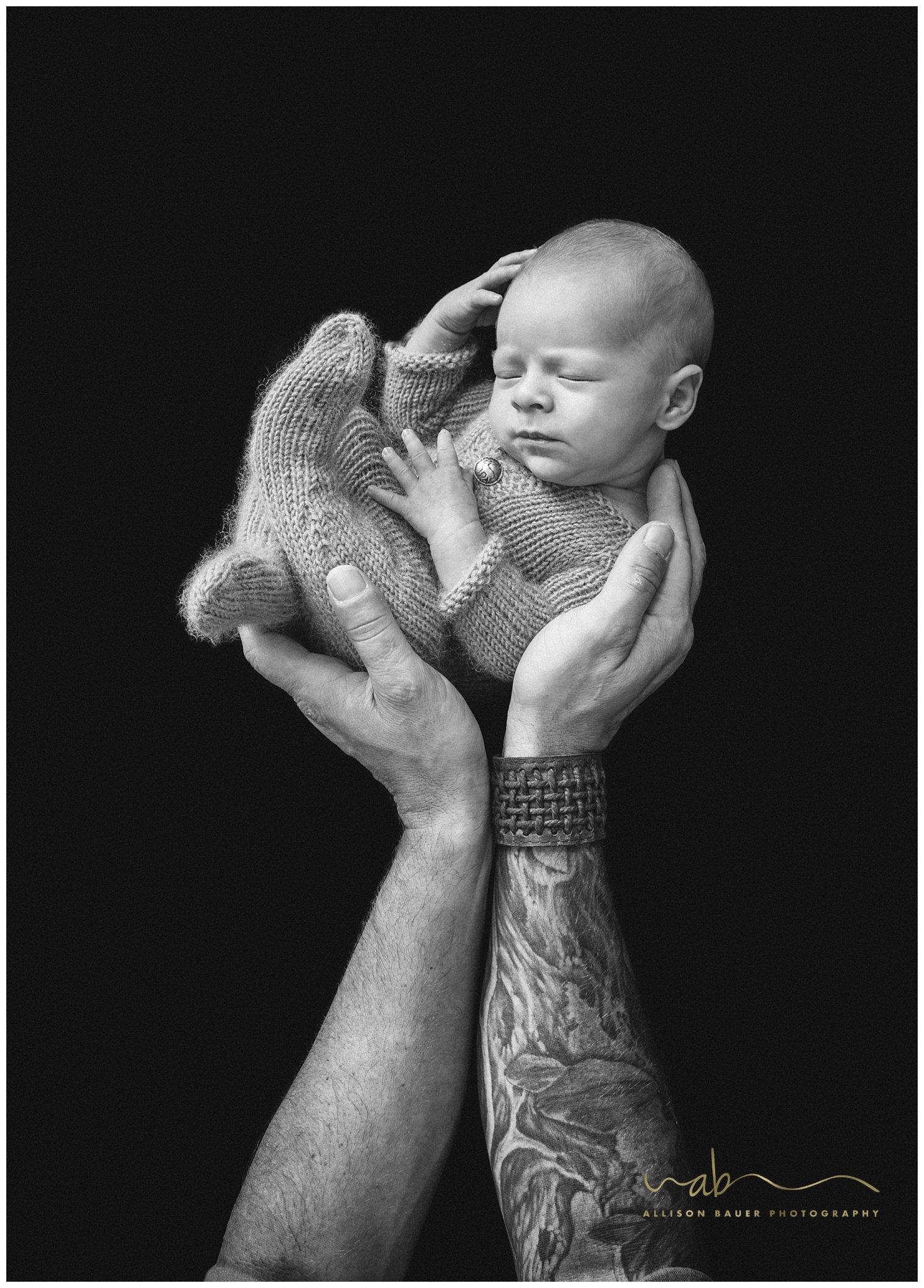 Allison-Bauer-neugeborene-Tattoo-schwarz
