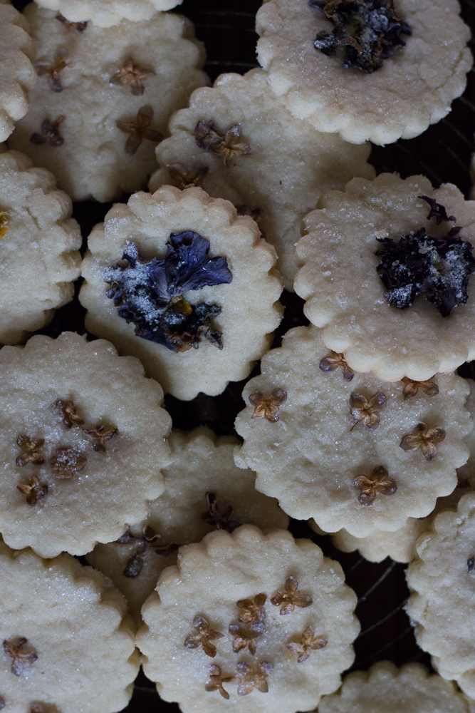 Shortbread with pressed lilacs and pansies