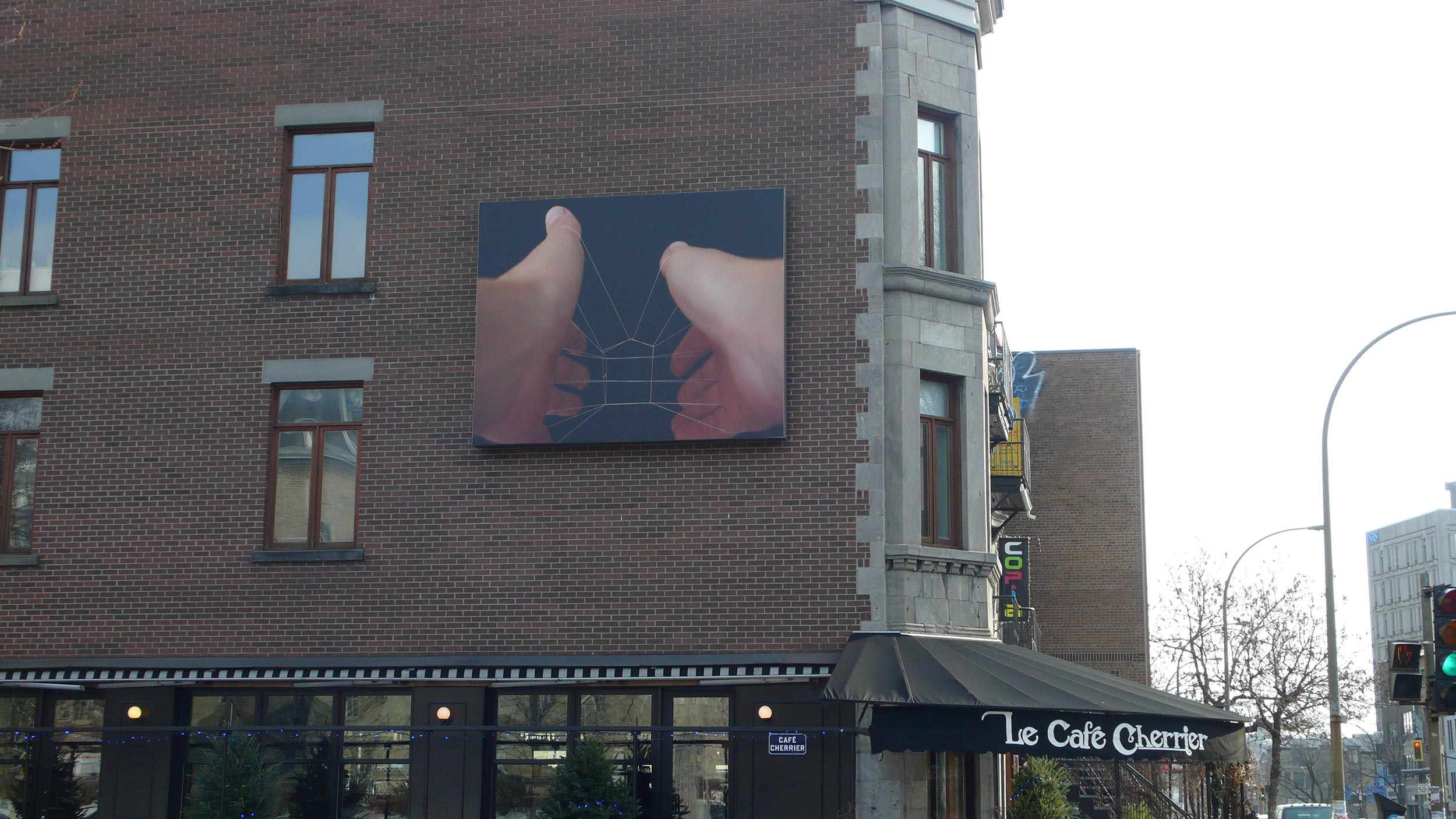 © Jennifer Campbell, String House (2013). Façade du Café Cherrier.