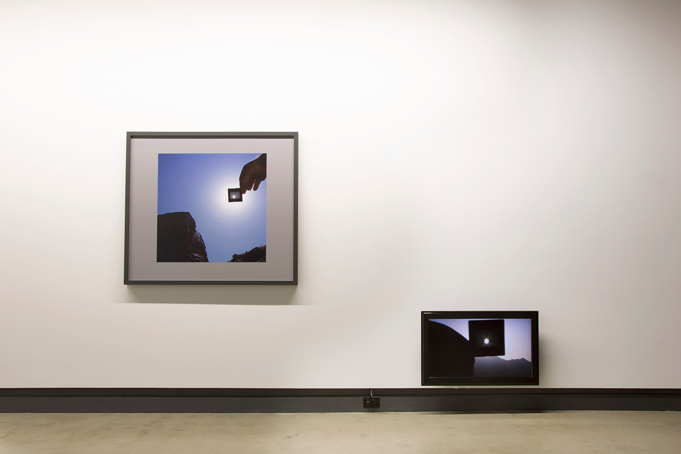 © Scott Massey,  Transit (viewed through unexposed processed transparency film)  et  Transit Day  (2013). Vue de l'exposition. Photo : Sara A. Tremblay.