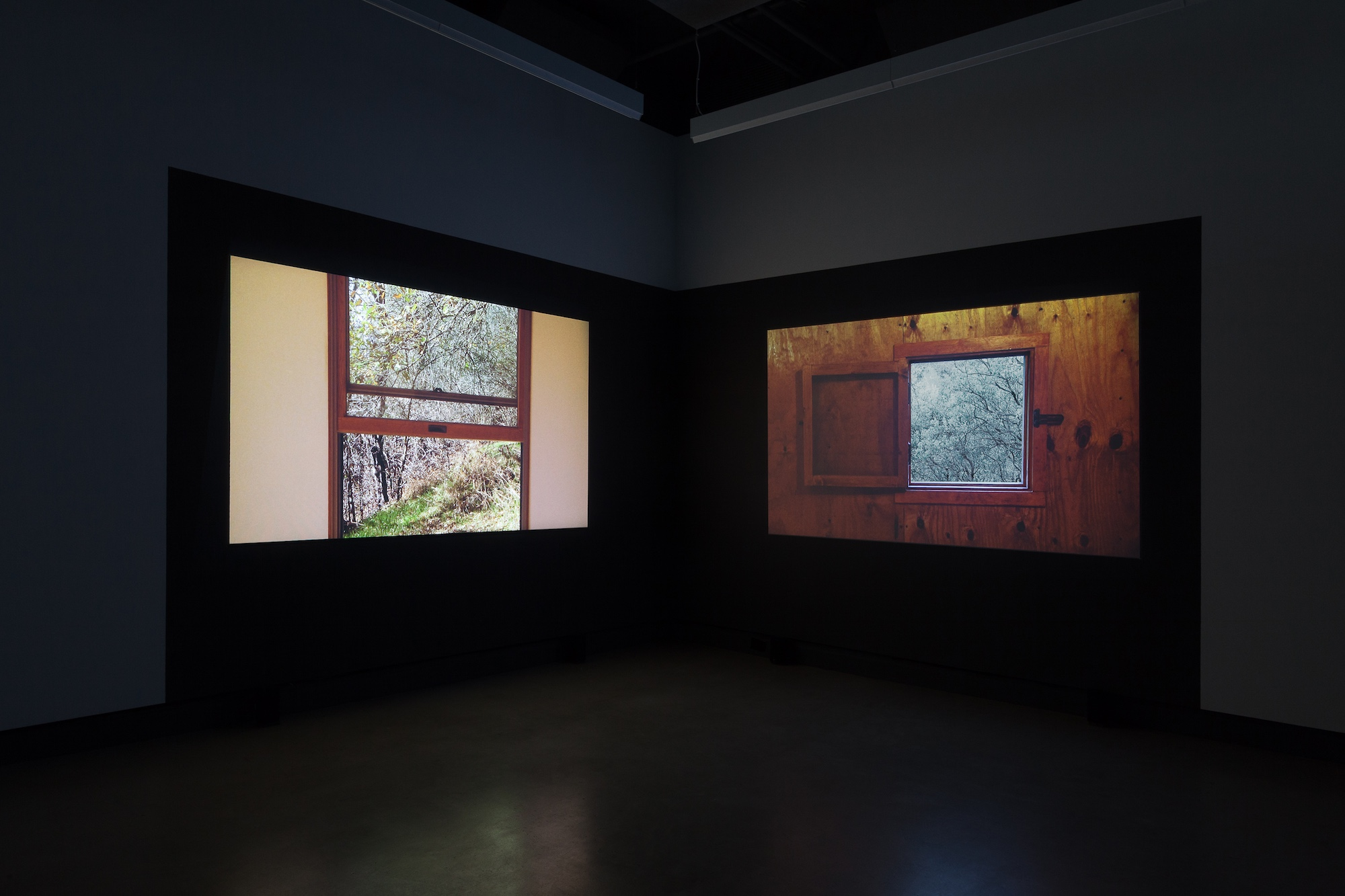 © James Benning,  Two Cabins  (2011). Vue de l'exposition. Photo : Marilou Crispin.