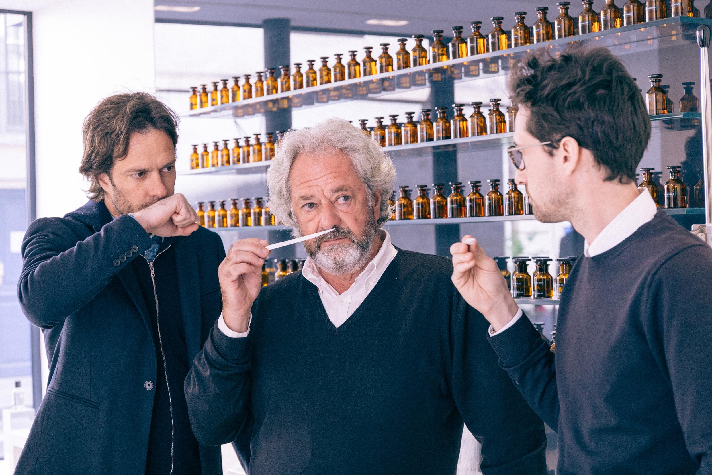 Michel Almairac et ses deux fils dans la boutique Parle Moi de Parfum, rue de Sévigné, à Paris.