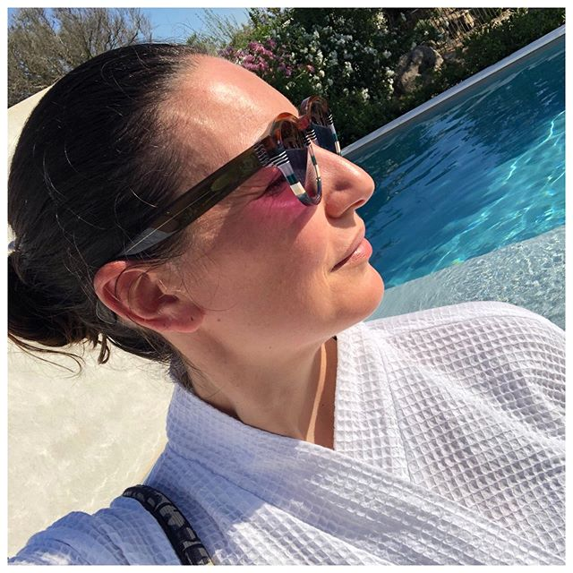 Day off today yet very much not spent by the pool. Yoga as usual of course but a lot of organising and tidying at home. Anyone else a bit psychotic when it comes to mess? 🕊 Journée off mais loin de la piscine. Un peu de yoga naturellement mais surtout beaucoup de rangement à la maison. Je suis un peu une phobique du bazar et des trucs qui traînent... Vous me comprenez? 🙈