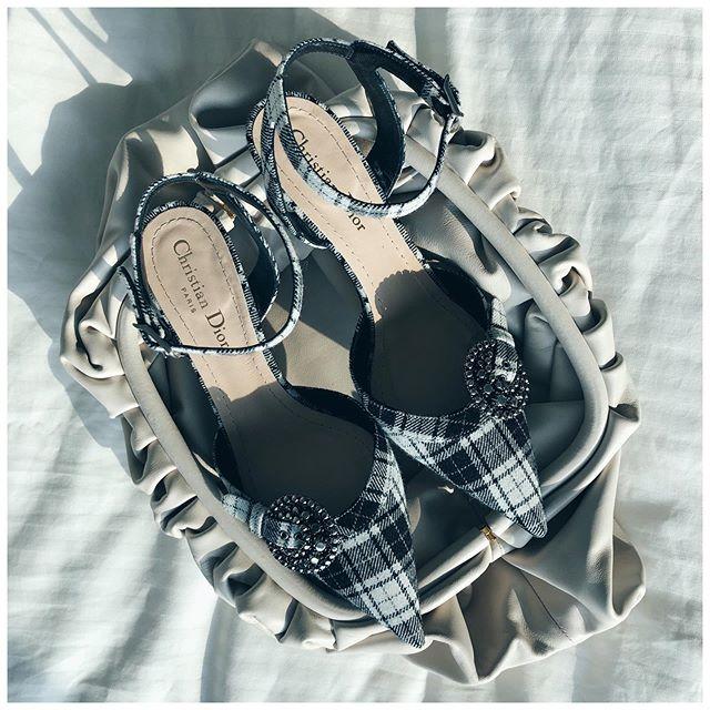 Wednesday's #prettylittlethings #newbottegaisoldceline 🎼 Les jolis accessoires du mercredi Pouch #bottegaveneta • Pumps #dior (both newco)