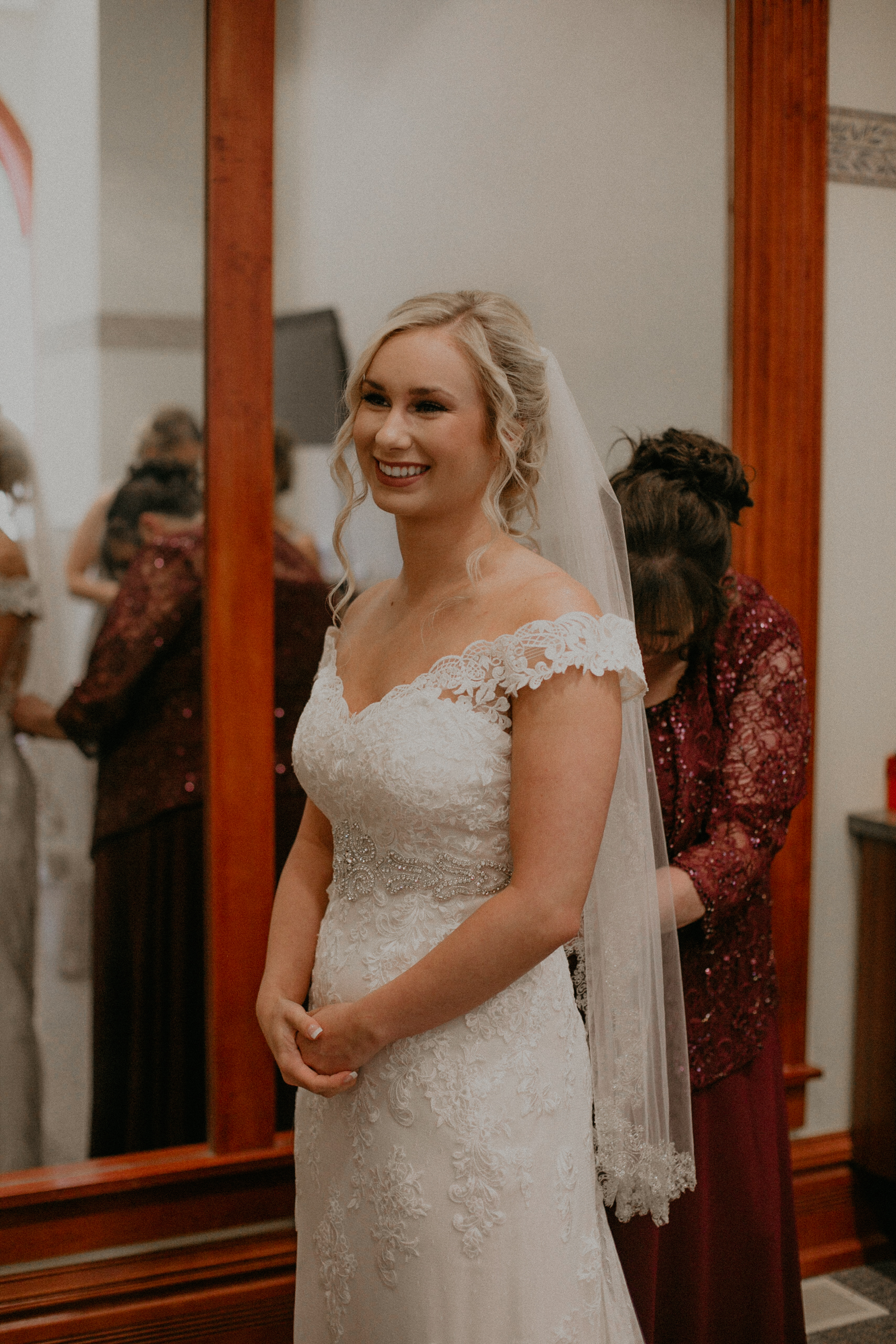 Marshfield WI wedding photographer Andrea Wagner captures real authentic moments of bride getting ready at her wedding