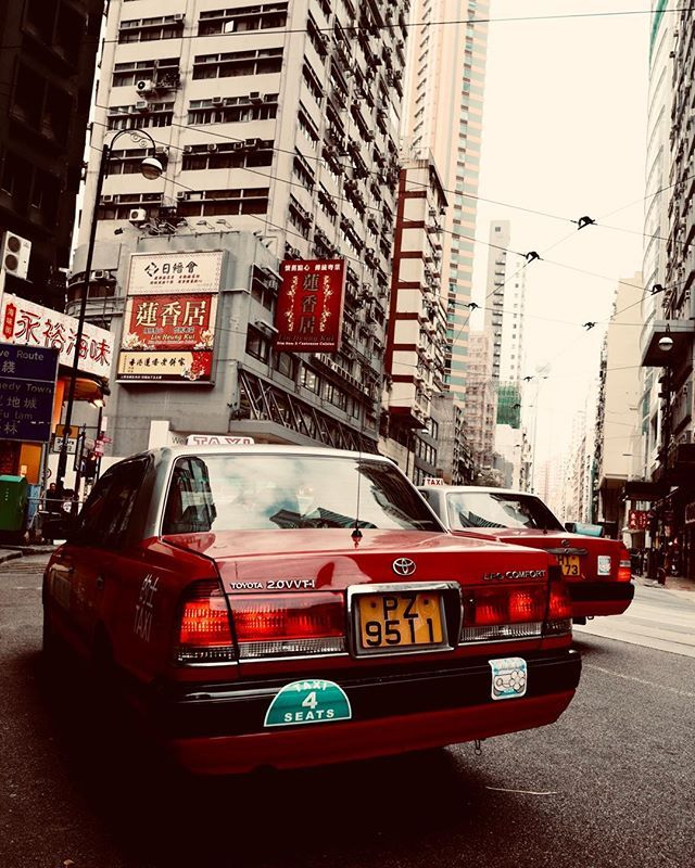 Hong Kong taxis. Todos alvirrubros e desse mesmo modelo quadrado da Toyota #snapshot #streetphotography #taxi #taxidriver #hongkong #asia #cars #car #redtaxi #toyota #lumix #panasonic #GM5 #panaleica15mmf17 #leicalens — view on Instagram  http://bit.ly/2QcW0ub