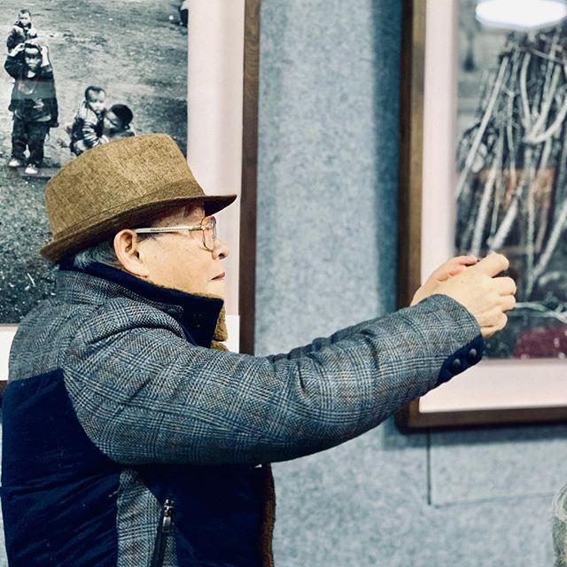 Há duas semanas. Fomos, eu, Paula e um grupo a um shopping chinês de fotografia, com direito a clube de fotógrafos. Tinha de tudo, desde Leicas dos anos 1930, passando por todas as versões chinesas, russas e norte-coreanas, até as mais recentes Fuji, Canons e Nikons. E lá, esse senhorzinho, membro do clube, fotografando uma das reuniões deles. #portrait #china #beijing #oldphotographer #cameras #digital #iphone #iphoneography #iphonexsmax #asia #photographers #oldandnew — view on Instagram  https://ift.tt/2BY07Gv