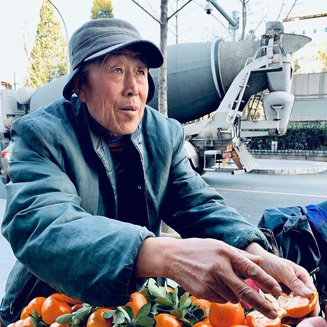Vendedor de frutas. Na hora do almoço, na frente do café de todo dia, esse senhorzinho insistia para que comprássemos mexericas. Cobrou caro, @germanocorrea pagou. Pra mim, valeu a foto. #portrait #beijing #china #streetphotography #fruitvendor #mandarinas #tangerine #portraitphoto #iphonexsmax #iphoneography #iphone — view on Instagram  https://ift.tt/2OSpWeh