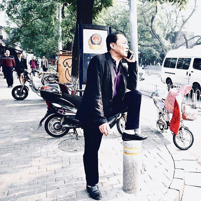 Tratando de equipamento, devo dizer que me sinto muito mais confortável fotografando com lentes a partir de 40mm (20mm em micro4/3). Distâncias focais menores desgraçam minha habilidade em enquadrar. Talvez por isso mesmo comecei a usar essa summilux 15mm (30mm em full frame). Quero aprender a tirar fotos com essas distâncias focais ou aprender chegar mais perto das pessoas na hora de fotografá-las. Beijinger. #beijing #china #hutong #hutongscene #streetphoto #streetphotography #corner #suit #casual_fashion #mobile_phone #blacksuit #micro43rds #microfourthirds #panasonic #gm5 #summiluxdg15mm #leicalens #summilux — view on Instagram  https://ift.tt/2NGuCDF
