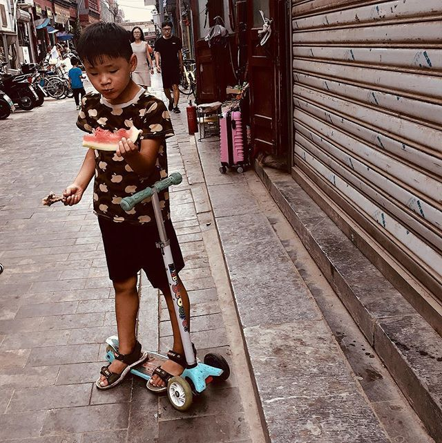 Frango e Melancia. Pense na iguaria! #snapshot #streetphotography #beijing #qianmen #sunday #food #watermelon #chicken #iphone #iphoneography #iphone6s #china #asia — view on Instagram  https://ift.tt/2vjfVQu