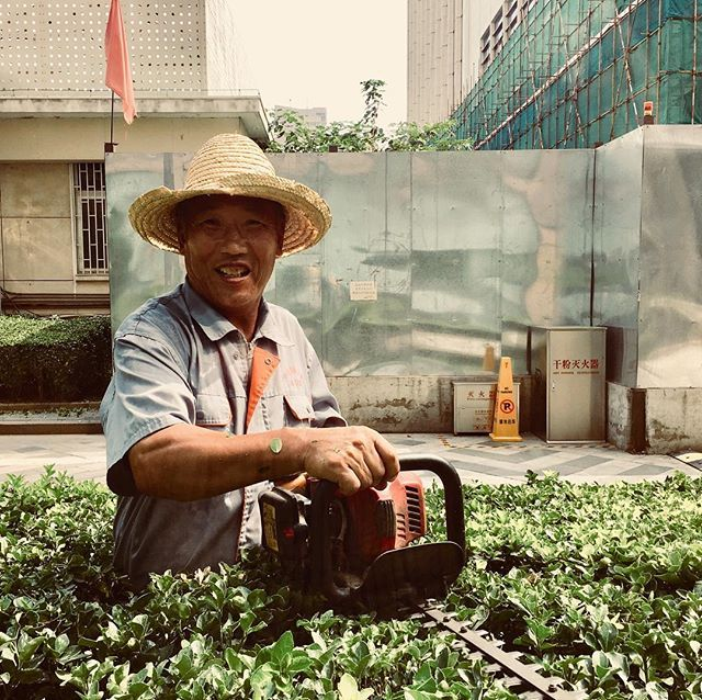 Olha a serra! Chinese gardener. #portrait #beijing #china #gardener #workers #asia #chinese #iphone #iphone6s #iphoneography #shifu — view on Instagram  https://ift.tt/2LTVMGN