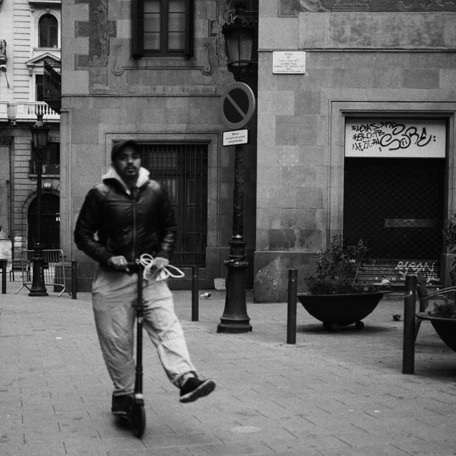 Barcelona. Patinete. #streetphotography #blackandwhitephotography #barcelona #microfourthirds #micro43rds #olympus #olympuspen #penf #creativedial #spain #españa #catalunya — view on Instagram  https://ift.tt/2vlfgRd