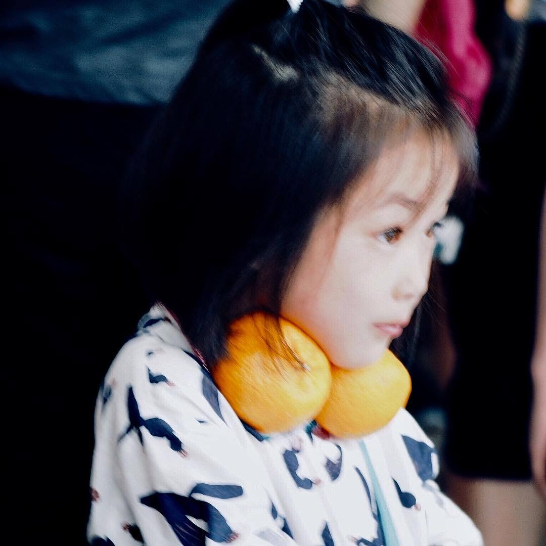 Portrait. Oranges. #portrait #girl #littlelady #oranges #chinesenewyear #kualalumpur #malaysia #microfourthirds #olympuspen #penf  (at Mandarin Oriental, Kuala Lumpur)