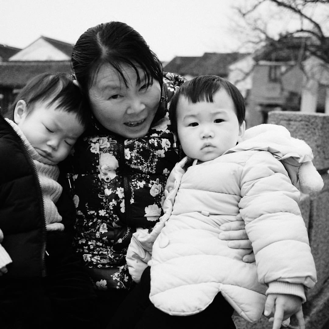 Portrait. Twins. #portrait #twins #china #asia #tongli #blackandwhite #olympuspen #penf #creativedial  (at Tongli, Jiangsu, China)