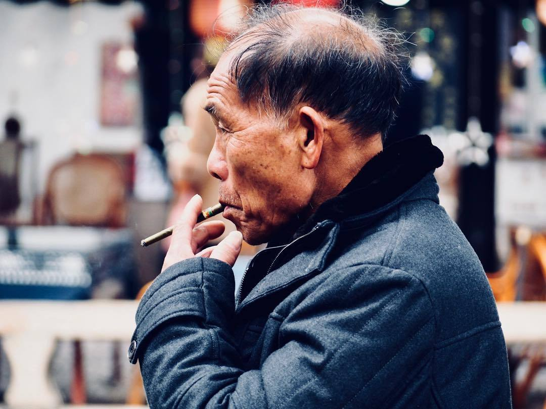 Portrait. Smoker #portrait #portraitphotography #streetphotography #travelphotography #tongli #china #asia #smoker #chinese #winter #micro43rds #microfourthirds #microfournerds #olympus #olympuspen #penf #creativedial #lumixlens #lumix20mm  (at Tongli, Jiangsu, China)