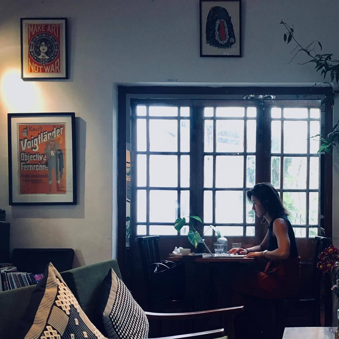 Snapshot. Make art not war -café. #streetphoto #streetphotography #snapshot #cafe #blackcatcafe #colombo #wifi #internetcafe #lazyday #iphone #iphoneography #iphone6s  (at Black Cat Café + B&B)