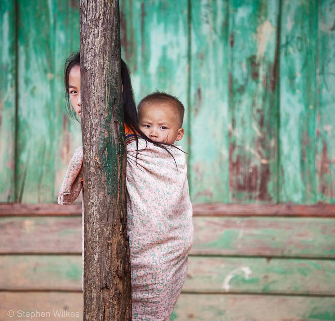 stephenwilkes :     A woman and young child in Phou Khoun, Laos.   This week, President Obama pledged $90 million over the next three years to help recover the 80 million unexploded bombs left behind in Laos after the Vietnam War, taking precious lives each year.   It was a pleasure to travel to such an incredible country that has overcome so much for last August's issue of @natgeo.   #Laos #portrait #travel #natgeo via Instagram  http://ift.tt/2cbAg0I      Wilkes tem se tornado um de meus fotógrafos da atualidade prediletos. Poucos fotógrafos hoje conseguem o apuro estético que ele imprime ao seu trabalho com a exploração de avanços tecnológicos como ele.