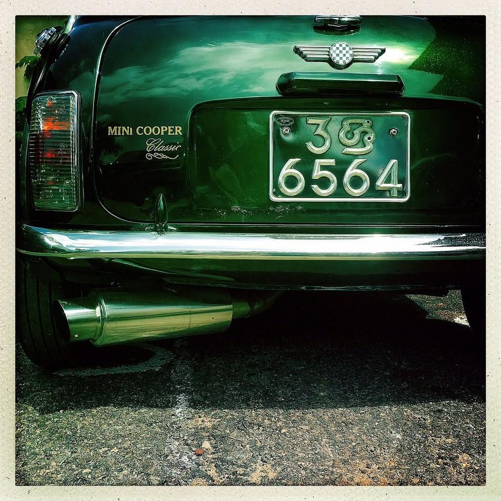 Não gosto de repetir temas mas esse Mini merece / I don't like to repeat subject but I will make an exception for this Mini  #Hipstamatic #JohnS #Inas1982 #mini #minicooper #mini_cooper #british #car #englishgreen #sriLanka #ceylon #colombo