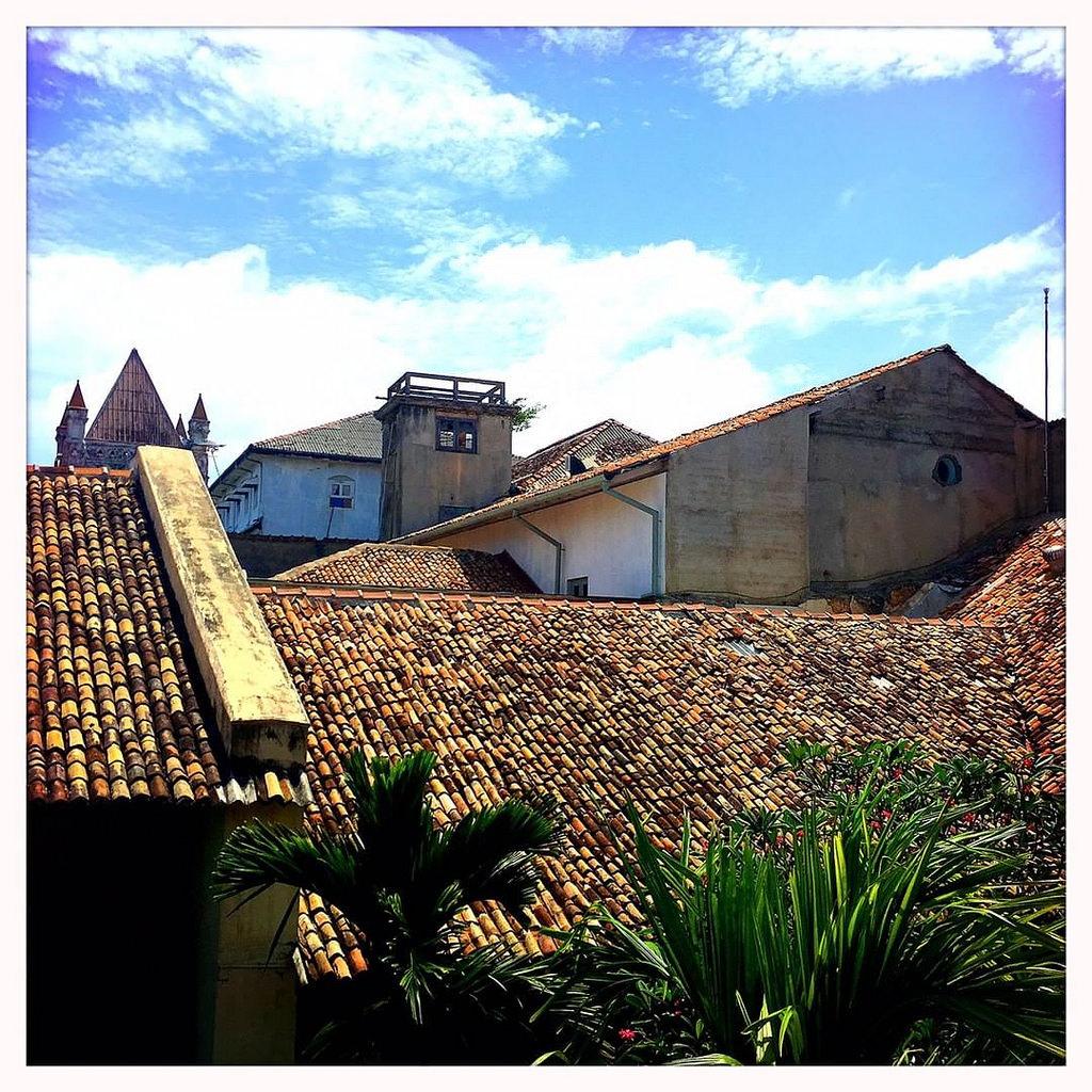 A Paz dos mosteiros da Índia de que fala Alceu / the peace of Indian monasteries of a famous Pernambucan song  #Hipstamatic #Watts #Blanko #roof #galle #fort #church #srilanka #dutch #portuguese #ceylon #heritage