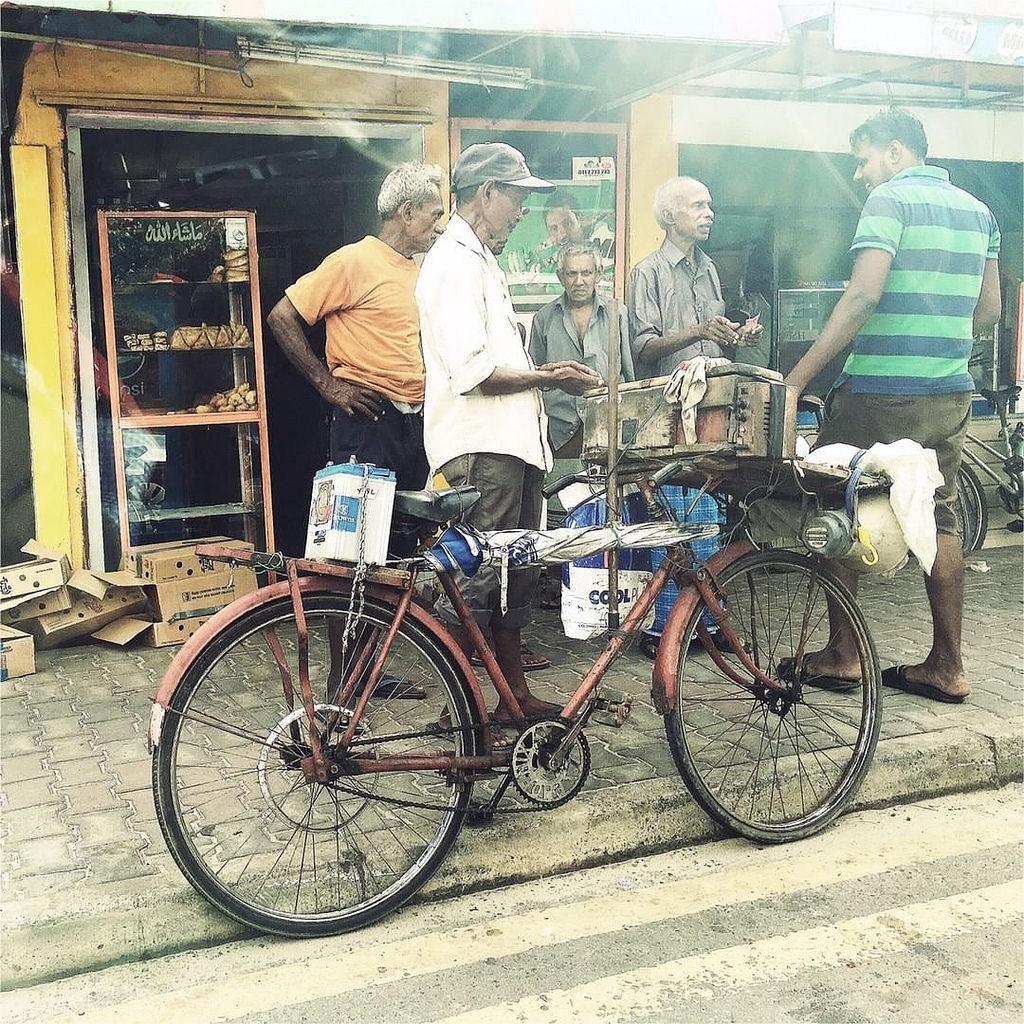 Jogo do bicho srilanquês.  #Hipstamatic #G2 #Irom2000 #StreetPhotography  #lottery #srilanka #ceylon #colombo #citylife #bike #people