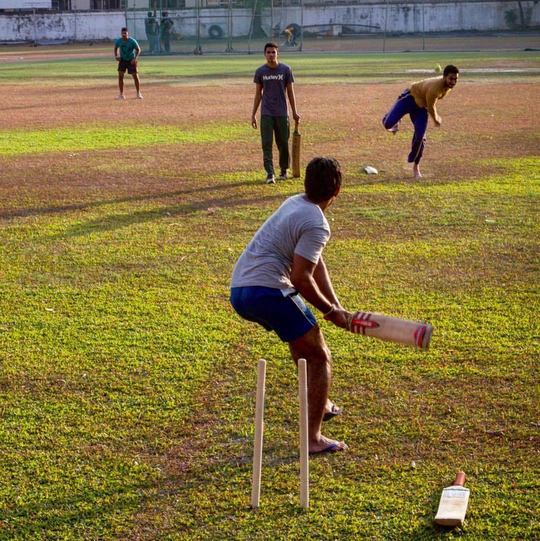 Críquete de várzea #asia #colombo #cricket #sri_lanka #SL #street_photography #play #fun  (at Colombo, Sri Lanka)