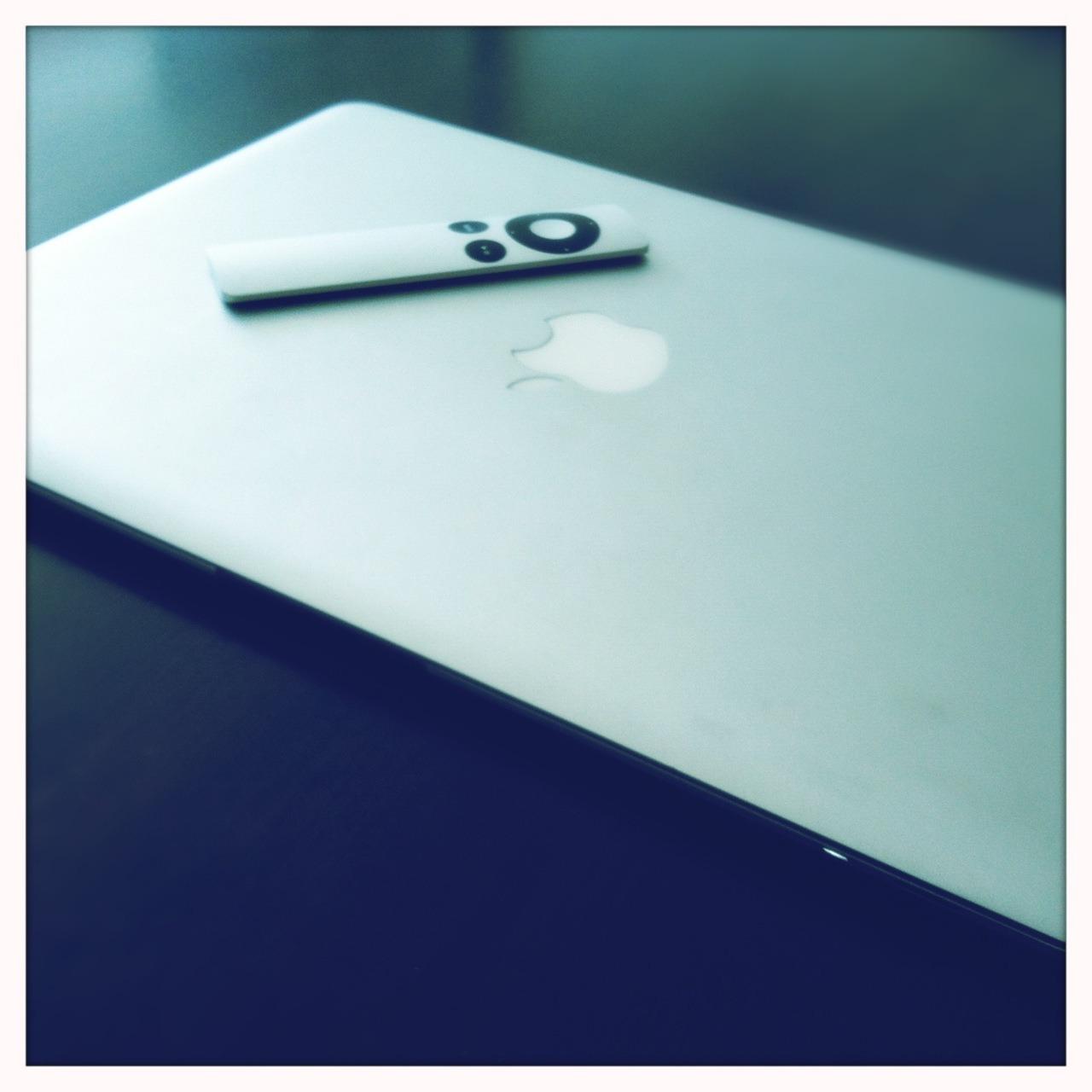 Dia de colocar Serafim, o MacBook, em dia.   Americana Lens, Blanko Film, No Flash, Taken with  Hipstamatic