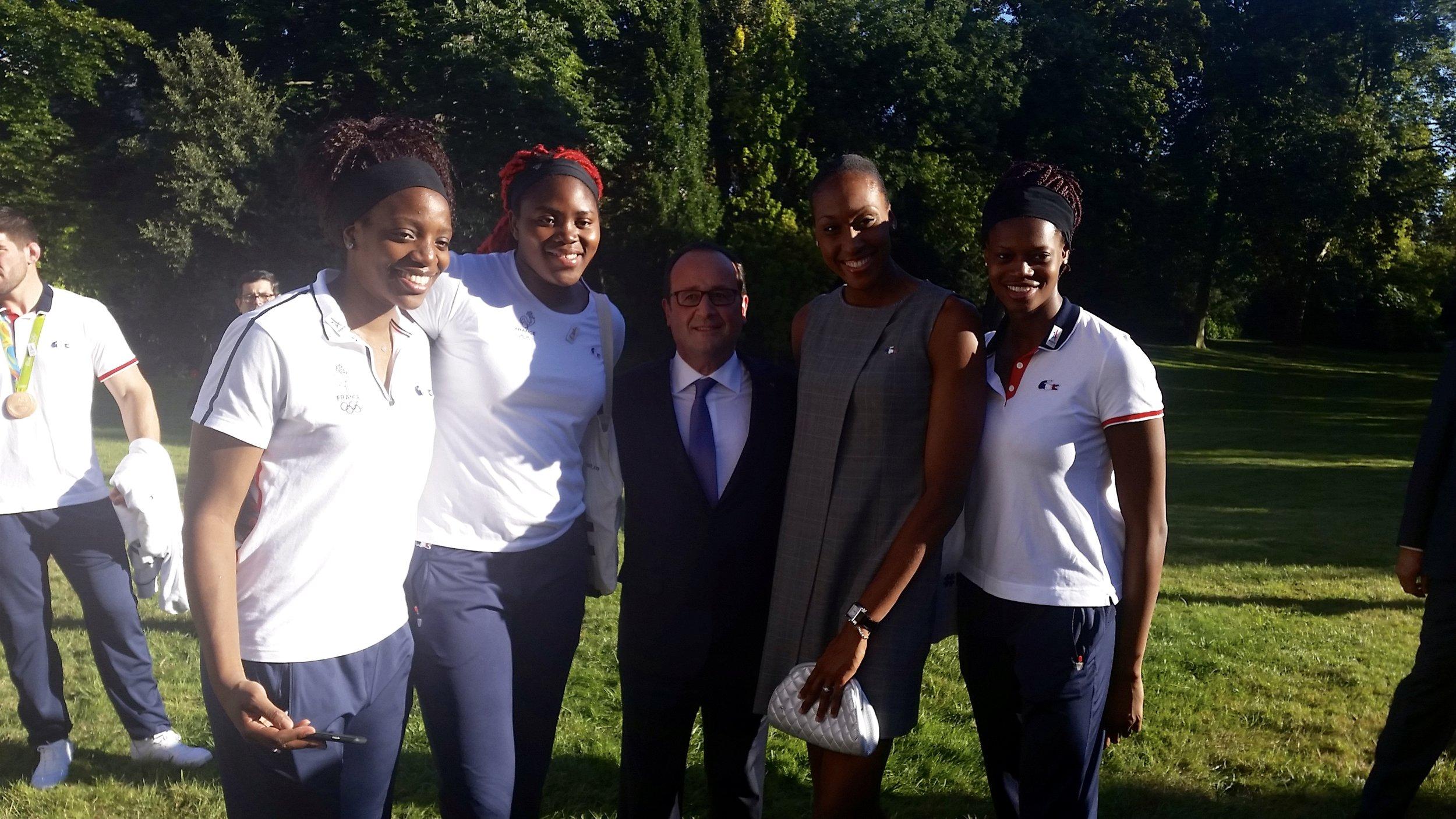 Nous avons été reçus par le Président François Hollande dans le jardin de l'Élysée. Moment très agréable et d'ailleurs, Monsieur le Président, nous a proposéde nous ouvrir les portes de son château dans le cas oùnous voudrions organiser des évènements exceptionnels tel qu'un mariage! L'annonce m'a tout de suite intéressé !!! hihihi