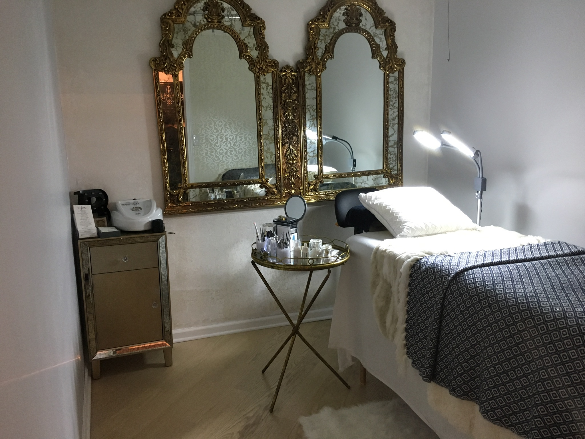 Salon rental room