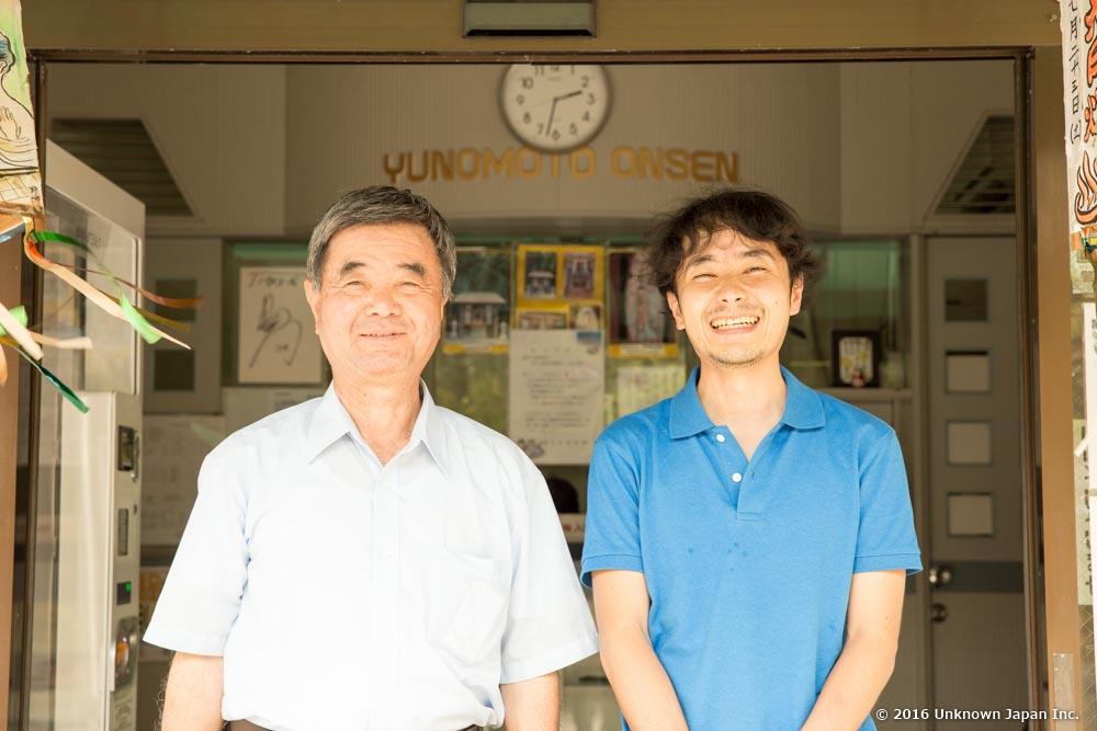 At the entrance, with the CEO of Yunomoto Onsen Inc. Kazunori Niimura