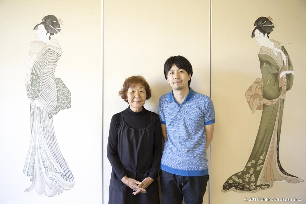 With the owner Ritsuko Miyauchi, at the entrance hall