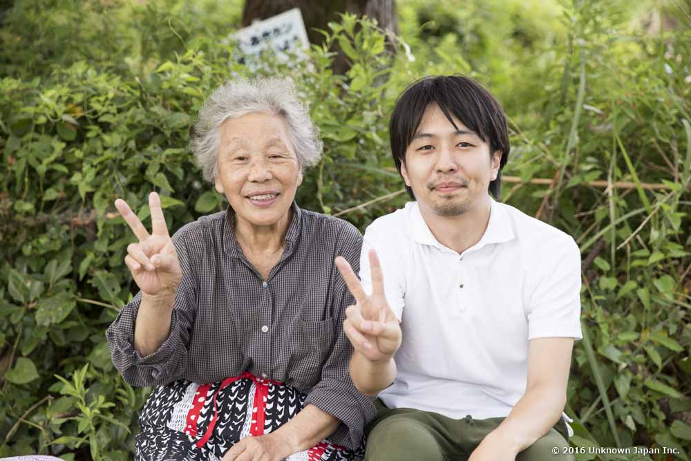 With the owner Yasuko Yoshinaga, under a tree in the car park