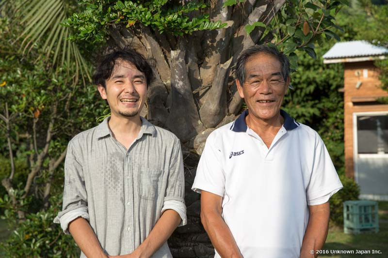 With the manager  Kazufumi Suehiro , in front of the reception