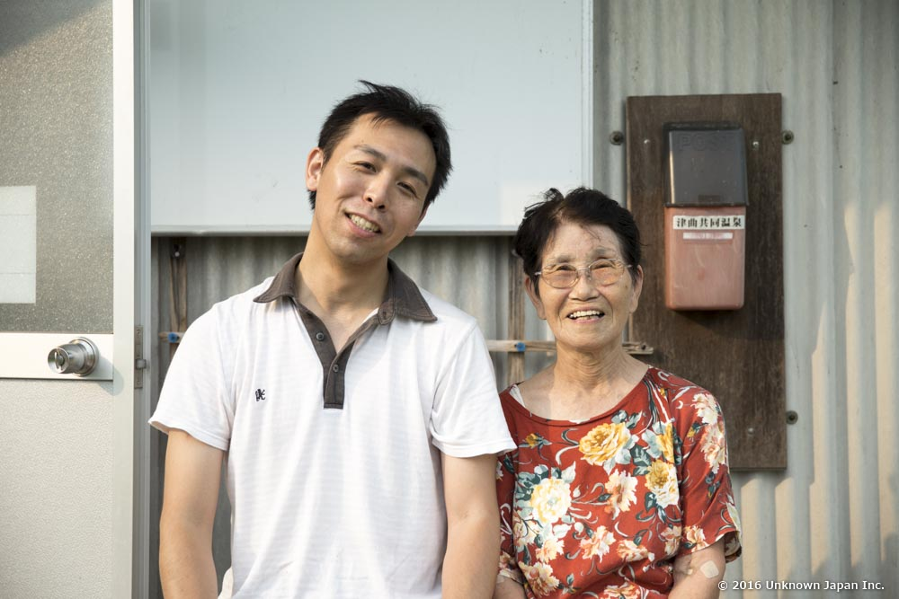 With the manager  Umeko Iwaki , in front of the entrance