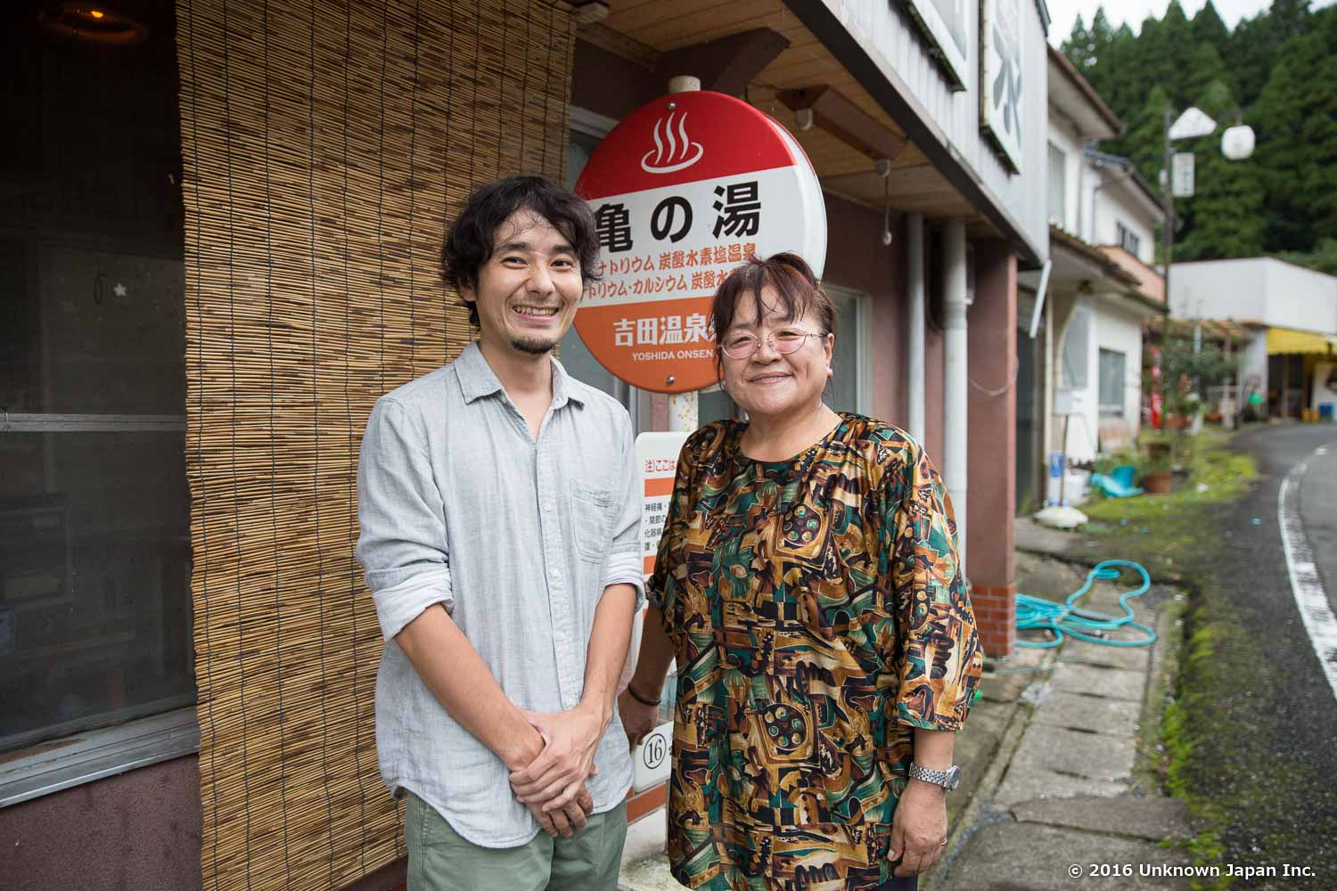 With the owner Ms.  Shirakawa , in front of the entrance