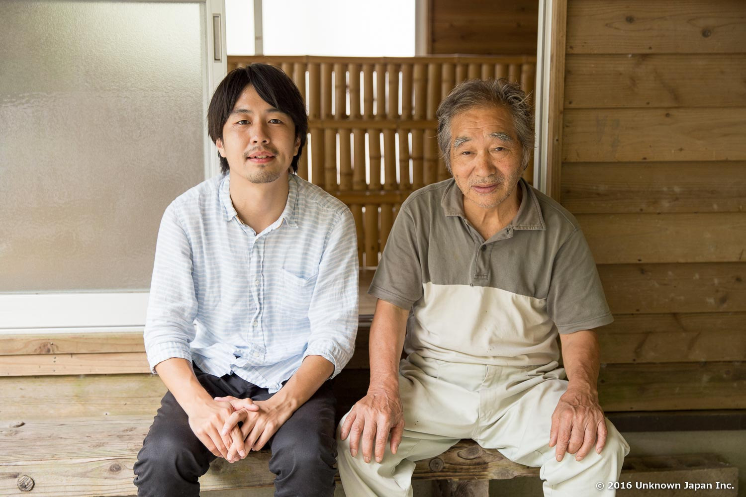 With the owner  Shigeaki , on the bench in the entrance