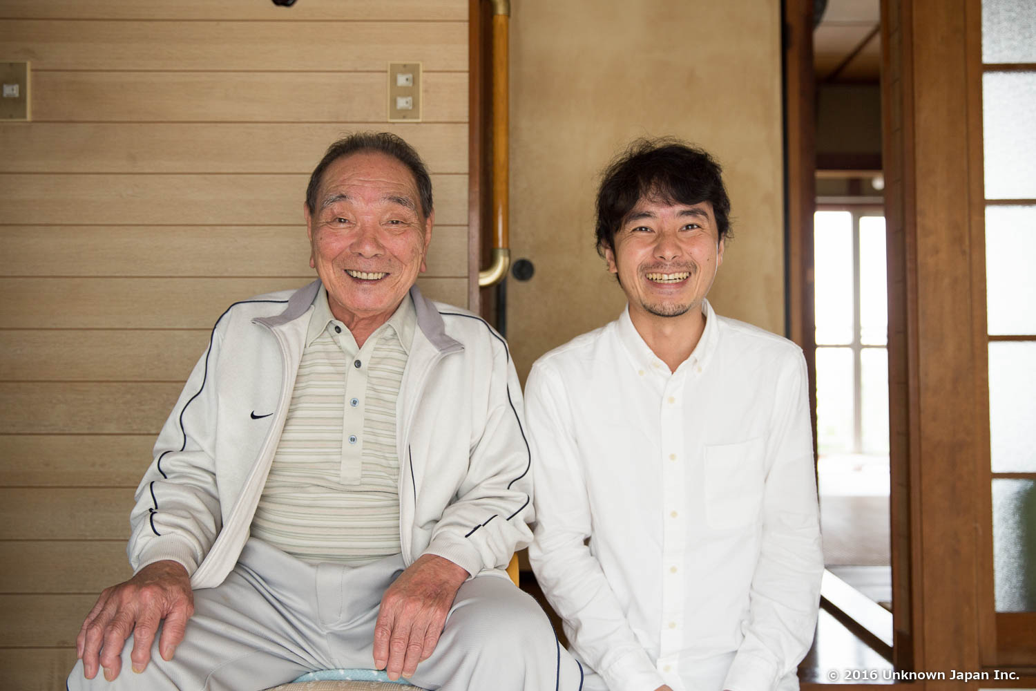 With the manager  Sueyoshi , at the entrance of his home